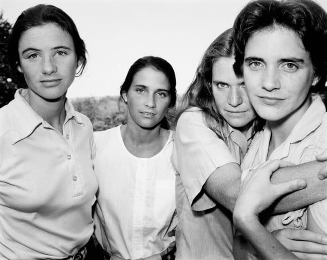 若年へ戻る - 4人の姉妹は40年間通して一緒に同じ写真を撮られた